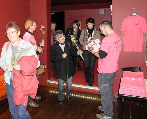 Distribution de fleurs pour la journée de la femme