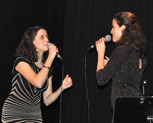 Alice et Cécile Yvernogeau chantent pour la journée de la femme