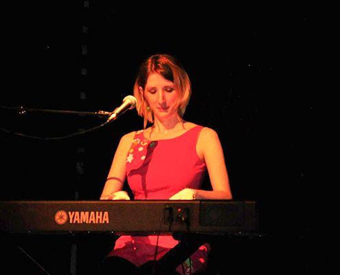 Claire Danlalune sur scène pour la journée de la femme