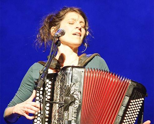 Chloé Lacan chante pour la journée de la femme